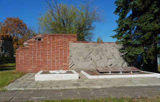 Новоекономічне (Каракове). Центр селища. Пам'ятний знак загиблим воїнам