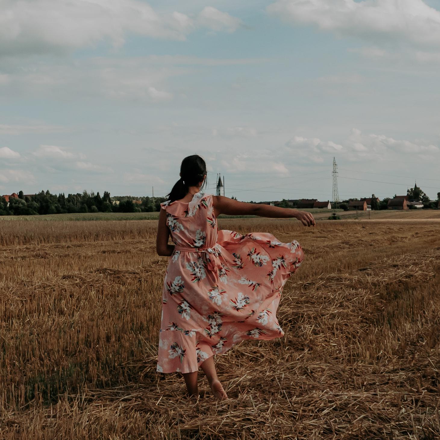 Powiewająca sukienka na sesję zdjęciową