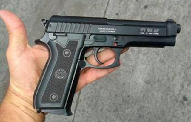 """Polícia Militar recupera moto roubada e prende dois envolvidos no crime; arma """"fake"""" seria usada no assalto"""