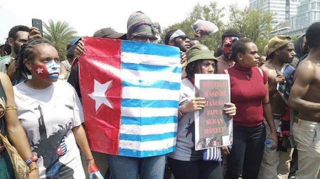 Bendera Bintang Kejora Dikibarkan saat Demo Papua di Depan Istana
