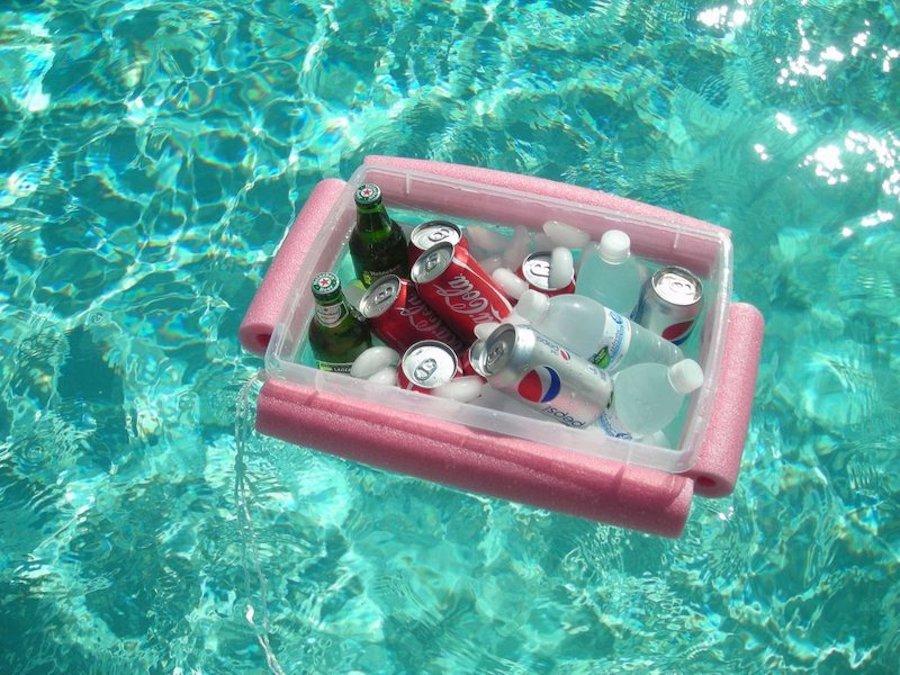 Reciclaje creativo: caja de plástico convertida en nevera flotante para la piscina