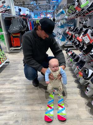 Das erste Mal auf Ski Skifahren mit Kleinkind