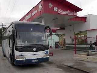 Kuba, Rast bei Tankstelle auf der Fahrt von Cienfuegos nach Varadero, Blick auf den Bus.
