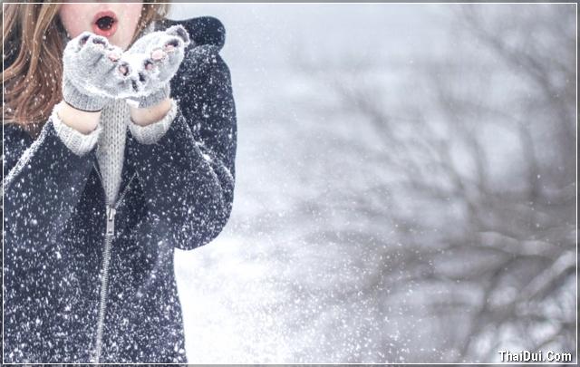 ảnh cô gái thổi tuyết mùa đông