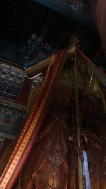 Estatua de Buda en el Pabellón Wanfu Ge en el Templo de Yonghe (Beijing)