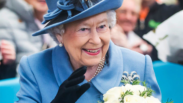 Revelan que la reina Isabel II tiene una mano falsa para saludar a sus súbditos
