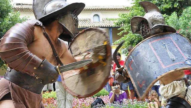dua orang gladiator Gallus tengah bertanding