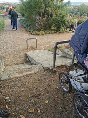 Sinnlose Bauten - Rampe für Kinderwagen Spassbilder