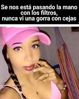 Mujer con filtro y gorra con cejas
