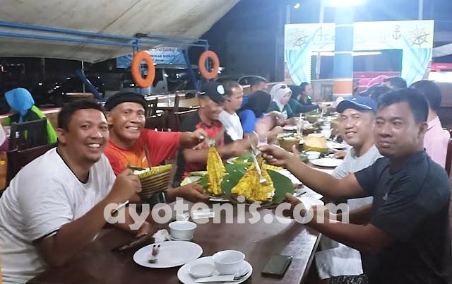 Sukses Tembus Semifinal, Bos Muzukha Traktir Skuad Tenis Jatim Pesta Sea Food di Restoran Aroma Laut Bangka Belitung