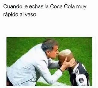 Entrenador dando beso en la cabeza a futbolista