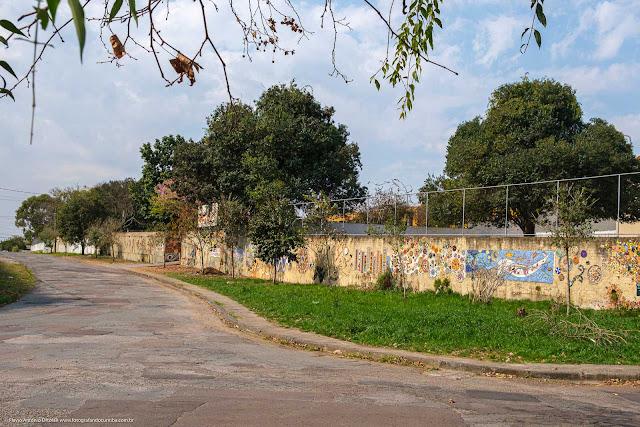 Muro do Centro Estadual de Capacitação em Artes Guido Viaro e da Escola Estadual República Oriental do Uruguai, com mosaicos