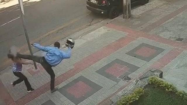 Mulher é assaltada, leva chute no rosto e fica caída no chão, em Belo Horizonte; vídeo
