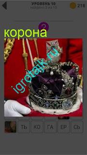 в руках находится корона с драгоценными камнями 10 уровень 400 плюс слов 2