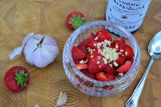 mansikkavalkosipulisalaatti