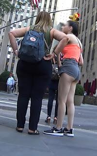 Gringa bonita usando micro shorts cuerpo sexy
