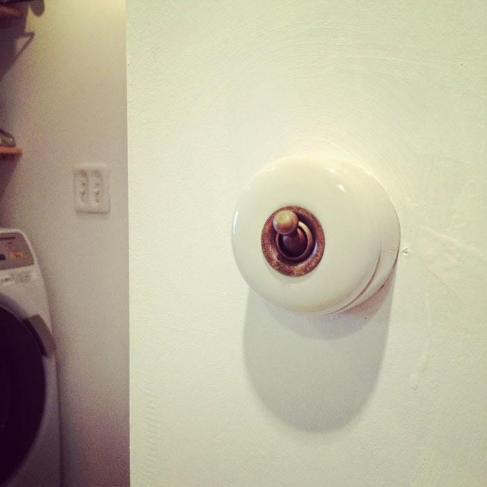 リノベーションマンションのアンティーク風でおしゃれな陶器製丸型スイッチ