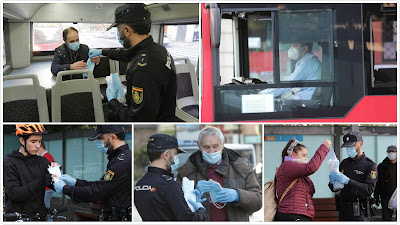Policía haciendo reparto de mascarllas en el bus urbano de Coruña.