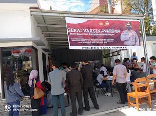 Antusias warga Ikut Vaksinasi di Gerai Vaksin Polres Tana Toraja dr. Ria, Ini Kado Hari Bhayangkara Ke -75