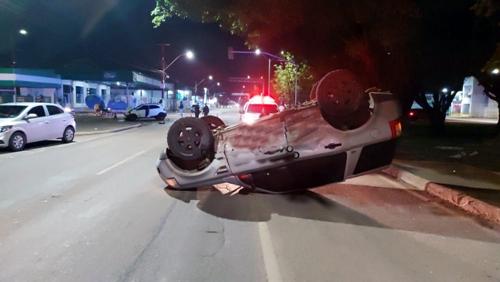 Land Rover capota após motorista avançar semáforo na avenida Jorge Teixeira