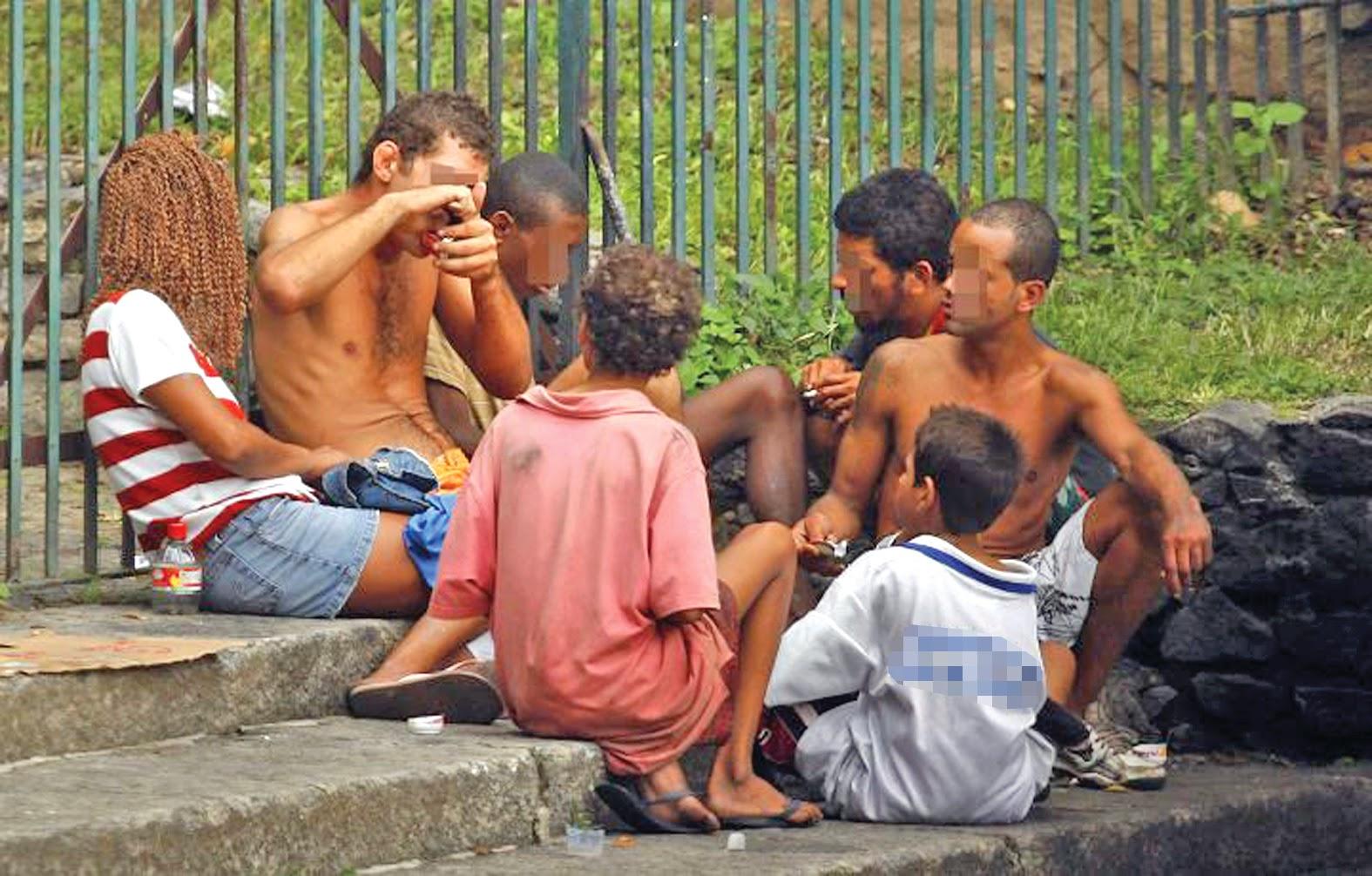 Resultado de imagem para ADOLESCENTES ABANDONADOS