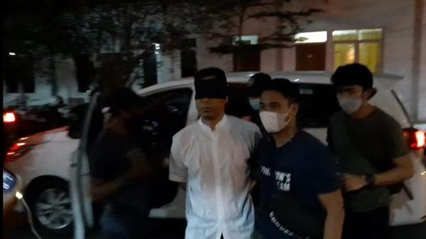 Pengacara Protes Mata Munarman Ditutup Saat Dibawa Polisi: Langgar HAM!