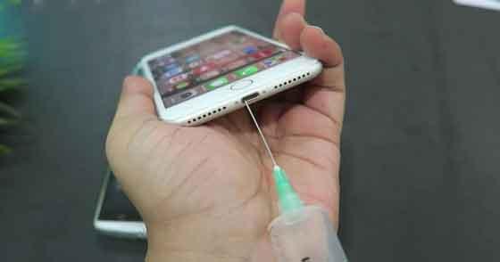 cara membersihkan port isi daya ponsel
