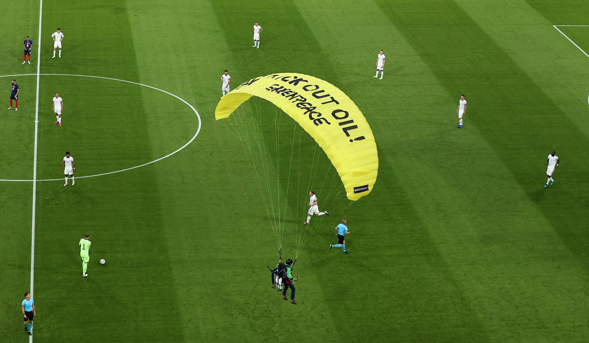 Menggunakan parasut, seorang penyusup masuk ke  pertandingan antara Jerman vs Prancis