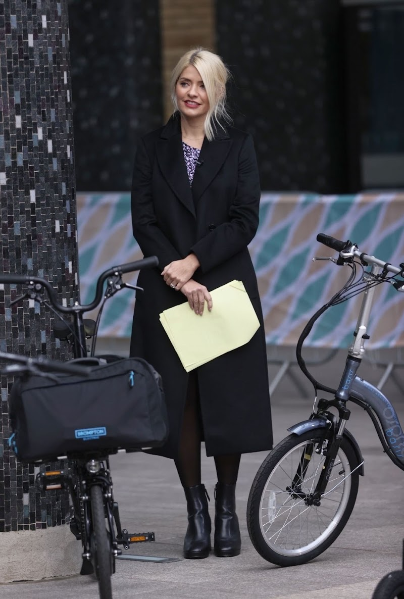 Holly Willoughby Clicks at This Morning Show in London 1 Oct-2020