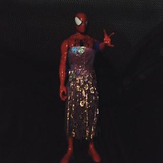 Muñeco de Spiderman vestido con falda de princesa