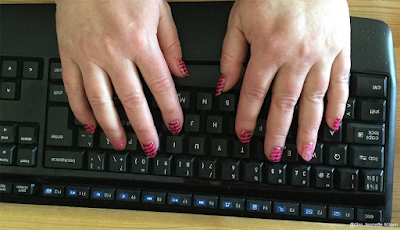 Rosa skribentnegler over tastaturet!