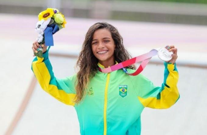 Rayssa Leal se recusa a posar com políticos locais ao desembarcar em Imperatriz no Maranhão