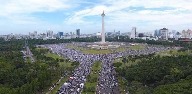 Umat Berkumpul Oleh Rizal Fadillah