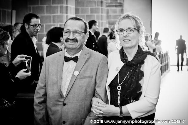entrée dns l'église mariage photo noir et blanc