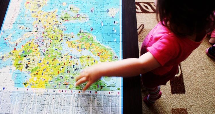 dziecko i puzzle