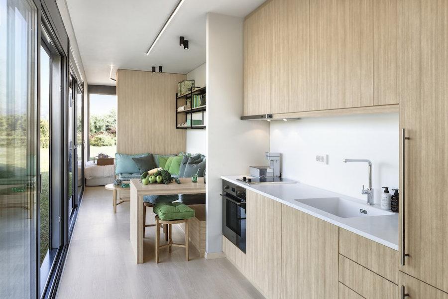 Salón y cocina de casa contenedor marítimo