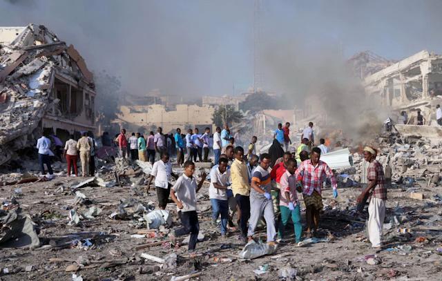 Buongiornolink - Mogadiscio, due camion-bomba esplodono davanti a hotel oltre 230 morti