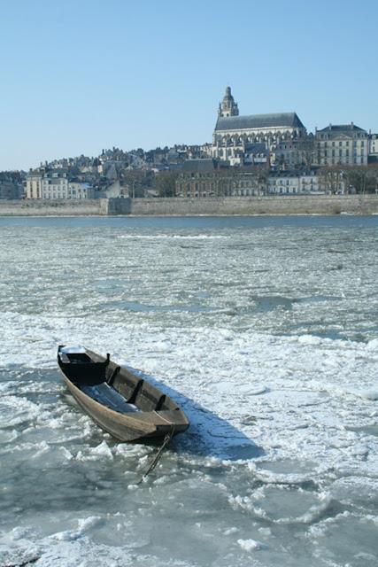 Les bateaux sont pris dans la glace au port de la Creusille. (février 2012)