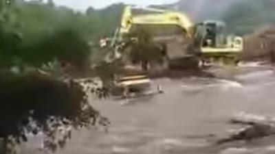 Air Sungai Meluap di Sibulue Bone, Truk Penambang Pasir Hanyut Terbawa Arus