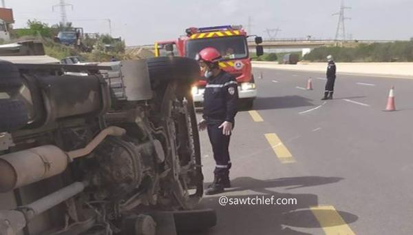 انحراف وانقلاب شاحنة بالطريق السيار بالشلف