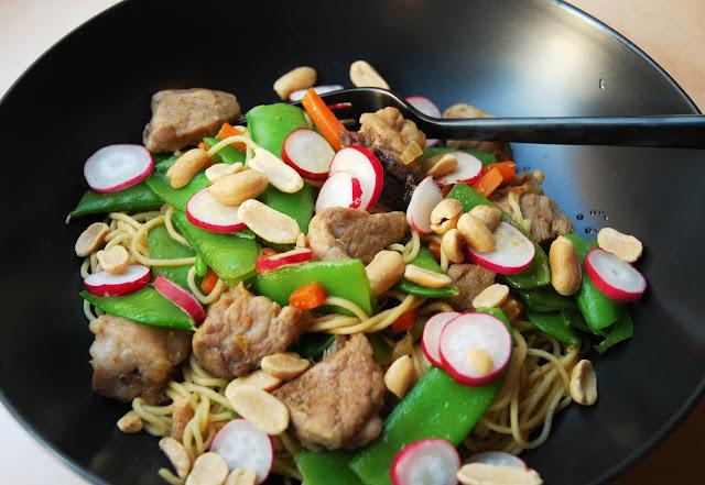 Nouilles au porc et aux légumes sautés