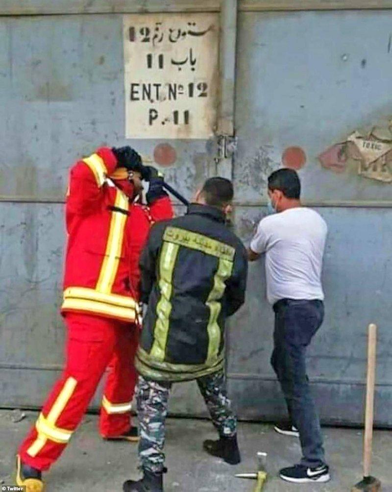 Dramática foto muestra a bomberos intentando entrar al almacén segundos antes de que estallara