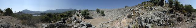 Древний город Кавн провинция Мугла Турция  Кавн (карийск. kbdynš, греч. Καΰνος, англ. Kaunos, Каунос) — античный город в Карии. В настоящее время сохранились его руины в провинции Мугла (Турция), недалеко от современного города Дальяна. Большая часть города располагался на западном берегу реки Калбис (Calbis), служившей границейКарии с Ликией. Находясь в пределах Карии, город тем не менее не принадлежал к карийским или греческим колониям. Заселявший его народ отличался от окружающих племен. Согласно древнегреческому мифу, город основал Кавн, сын Милета, который бежал в здешние края из-за трагических отношений со своей сестрой Библис. Город Милет в древности был карийским, что указывает на родство народа Кавна с карийцами.  Геродот, уроженец Галикарнаса в Карии, так писал про жителей Кавна следующее: «Что до кавниев, то они, мне думается,- исконные жители; сами же они тем не менее считают себя пришельцами с Крита. Похож ли их язык на карийский или, наоборот, карийский схож с кавнийским, я не могу это точно решить. По обычаям же они сильно отличаются не только от карийцев, но и от всех прочих народов.» Кавн оказал сопротивление полководцу персидского царя Кира Гарпагу, но был покорен в 540-х гг. до н. э. Кавн — родина великого скульптора Протогена.   Современное название — Дальян.   Восточная часть Кавна — в пределах Ликии.