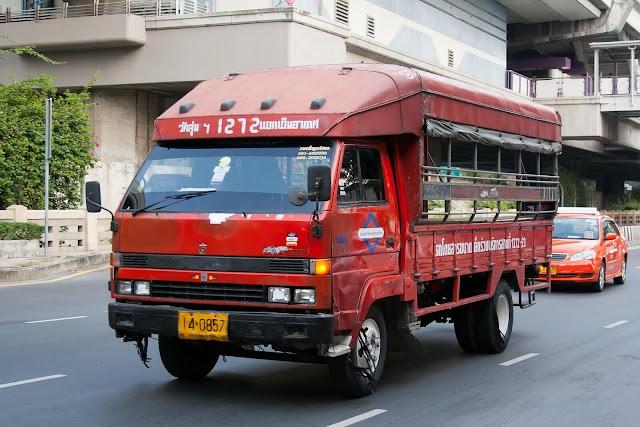 """Cái tên """"songthaew"""" trong tiếng Thái có thể hiểu là """"hai hàng"""". Về cơ bản, Songthaews là những chiếc xe tải nhỏ, có 2 hàng ghế dọc theo thân xe để hành khách có thể ngồi, ở giữa là không gian trống để đặt chân khi ngồi.    Đừng nhầm lẫn loại phương tiện này với xe tuk tuk vì dù là những loại xe có không gian trống như nhau nhưng tuk tuk có hàng ghế hướng về phía trước và chỉ chở được ít người tương tự như taxi còn Songthaew lại vận chuyển được nhiều người hơn và chạy theo tuyến như xe buýt. Các bác tài Songthaew thường lái chậm nên loại xe này khá là an toàn."""