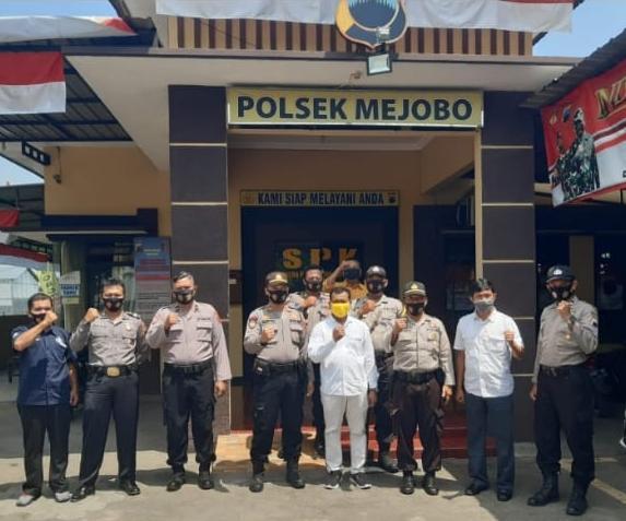 Polsek Mejobo Melaksanakan Pembagian Masker di Pasar Brayung
