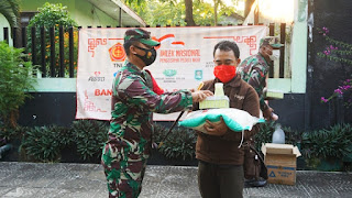 Dandim 0719/Jepara Bersama Ketua Persit Bagikan Sembako Dan Takjil Kepada Masyarakat