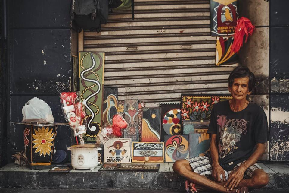 Homeless artist creates free gallery with beautiful artwork in Ermita