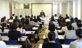 三遊亭楽春講演会、学習効果を高める教育におけるユーモアの必要性。