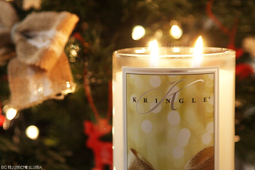 świeca kringle candle na tle choinki