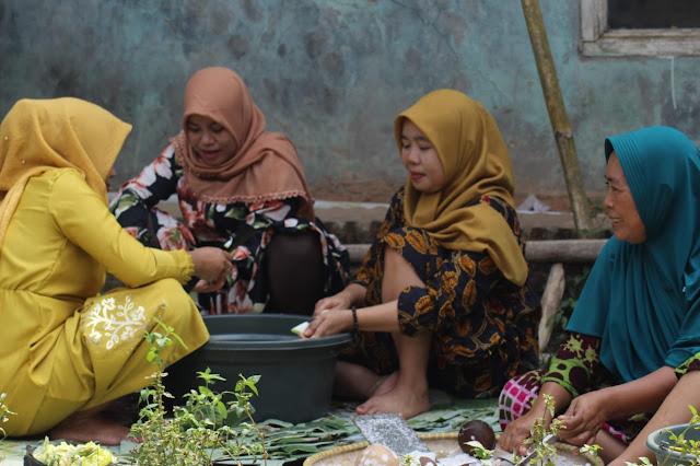 Sukseskan TMMD Ibu-Ibu Desa Blukbuk Masak Untuk TNI